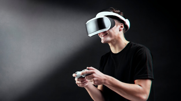 Homem jogando com experiência de realidade virtual com fone de ouvido vr