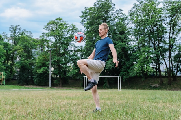 Homem jogando futebol no campo