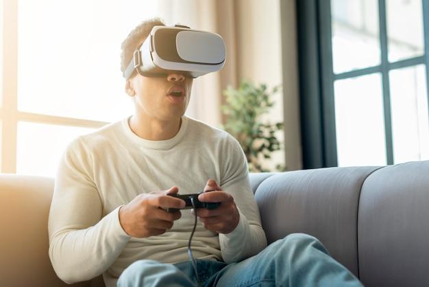 Homem jogando jogos de realidade virtual