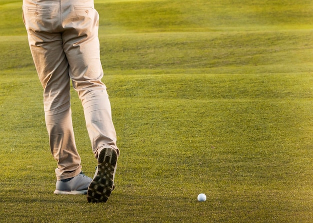 Homem jogando no campo de golfe gramado