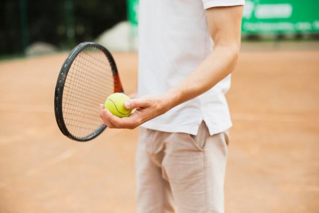 Homem jogando tênis ao ar livre