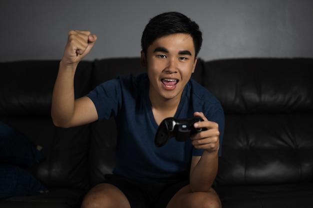 Homem jogando videogame e ganha à noite
