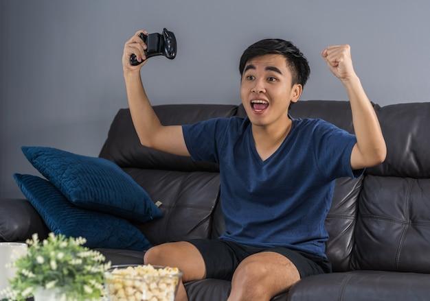 Homem jogando videogame e ganha