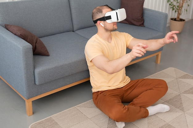Homem jogando videogame e usando óculos de vr