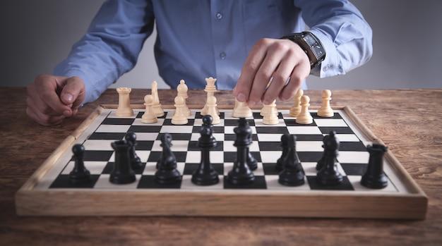 Homem jogando xadrez. conceito de estratégia de competição