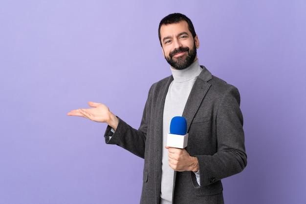 Homem jornalista em estúdio
