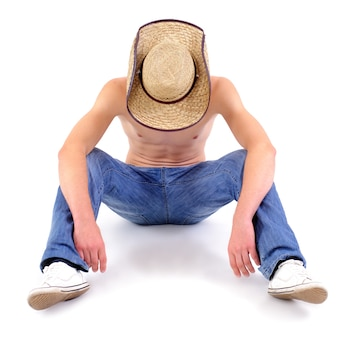Homem jovem abaixa a cabeça, isolado no branco