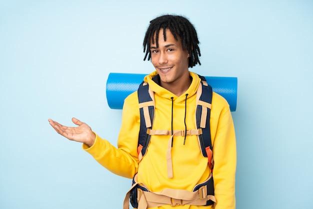 Homem jovem alpinista americano africano sobre parede