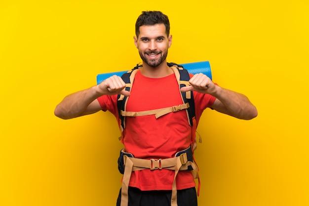 Homem jovem alpinista orgulhoso e satisfeito
