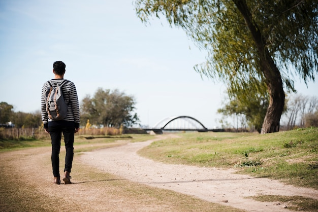 Homem jovem, andar, parque