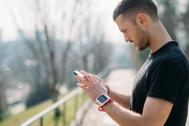 Homem jovem, ao ar livre, usando, esperto, telefone