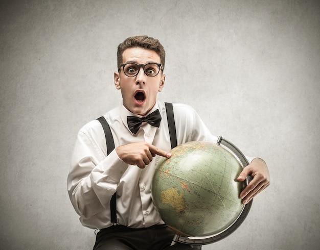 Homem jovem, apontar, um, globo