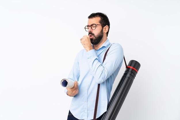 Homem jovem arquiteto com barba sobre branco isolado está sofrendo de tosse e se sentindo mal