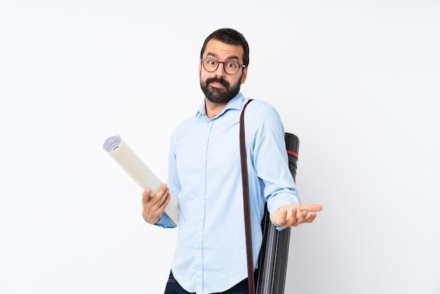 Homem jovem arquiteto com barba, tendo dúvidas ao levantar as mãos