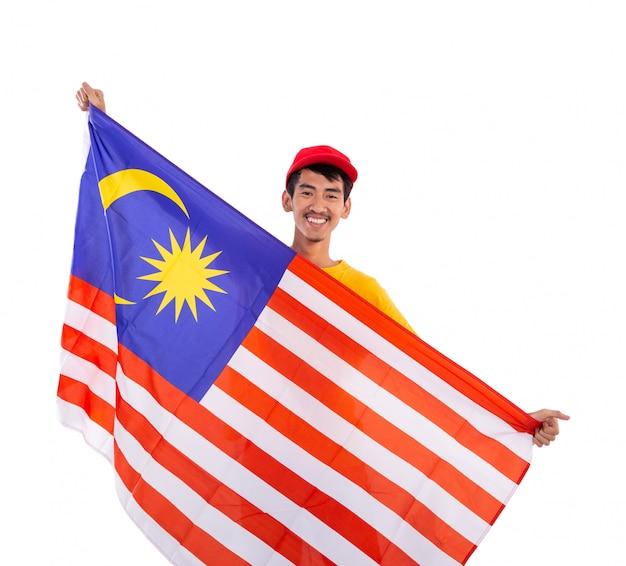 Homem jovem asiático segurando a bandeira da malásia
