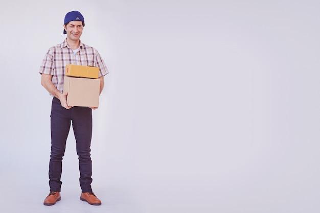 Homem jovem asiático segurando pacote de caixa, entregador