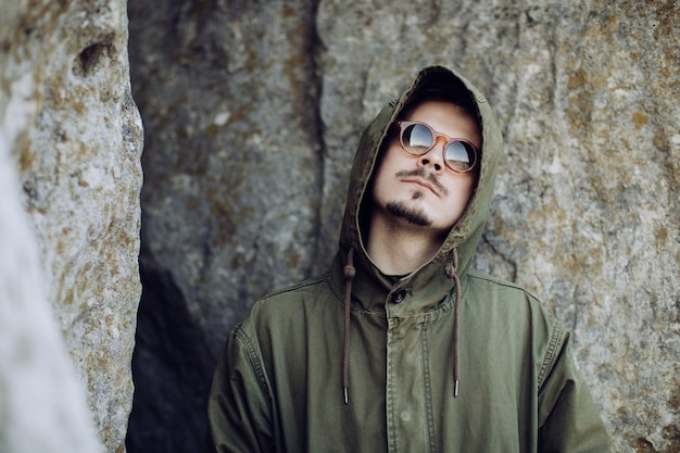 Homem jovem barbudo hippie com óculos de sol