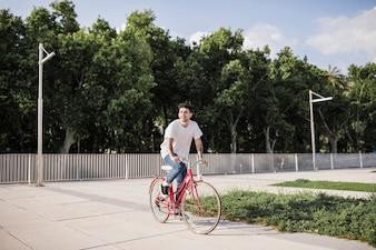 Homem jovem, bicicleta equitação, parque