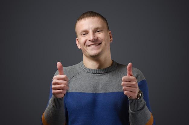 Homem jovem, bonito e alegre, mostrando
