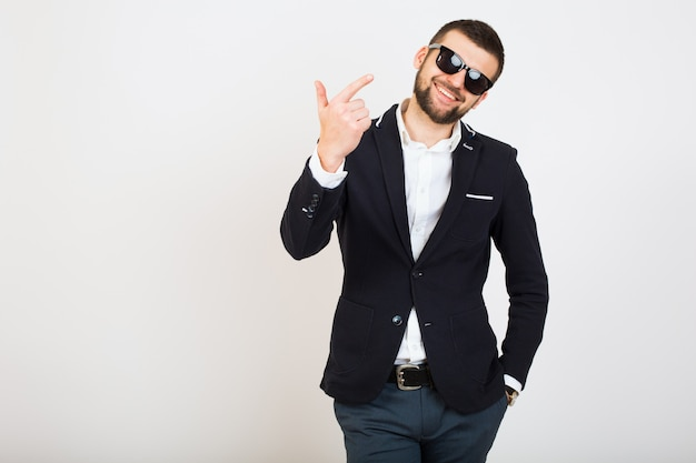 Homem jovem bonito elegante hipster em jaqueta preta, estilo empresarial, camisa branca, isolado, fundo branco, sorridente, atraente, positivo, gesto legal, parecendo confiante