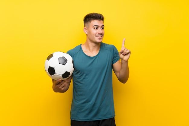 Homem jovem bonito jogador de futebol