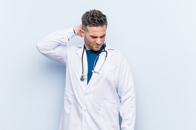 Homem jovem bonito médico que sofre de dor de garganta devido ao estilo de vida sedentário.
