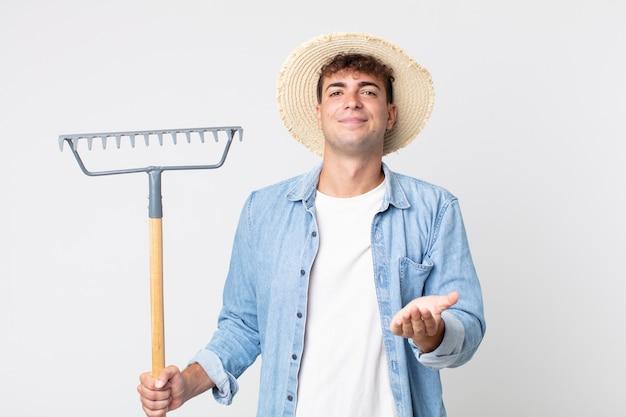 Homem jovem bonito sorrindo alegremente com simpáticos e oferecendo e mostrando um conceito. conceito de fazendeiro