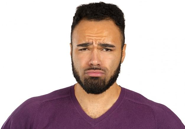 Homem jovem bonito triste ou preocupado