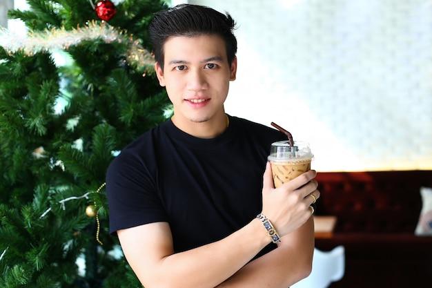 Homem jovem, café gelado segurando