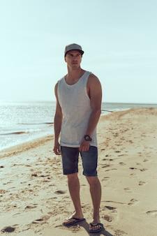 Homem jovem, caminhando, a, litoral