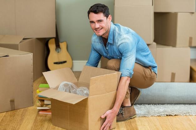 Homem jovem, carregar, caixas papelão, em, seu, casa nova