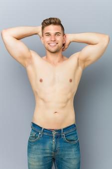 Homem jovem caucasiano fitness sem camisa.