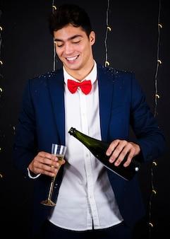 Homem jovem, champanhe torrencial, em, vidro
