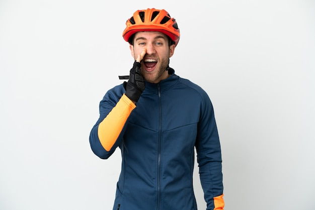 Homem jovem ciclista isolado no fundo branco gritando com a boca bem aberta