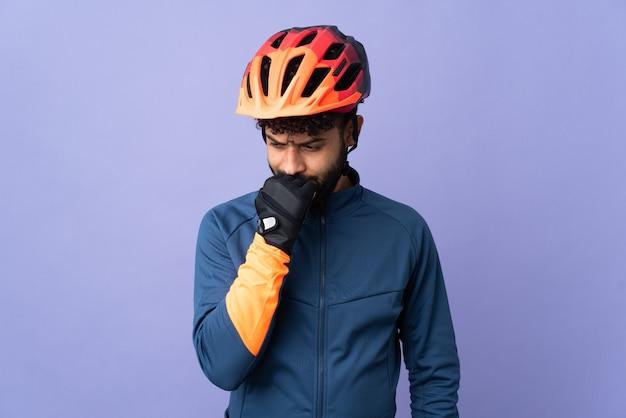 Homem jovem ciclista marroquino isolado em fundo roxo com dúvidas