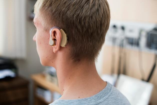 Homem jovem, com, ajuda auditiva