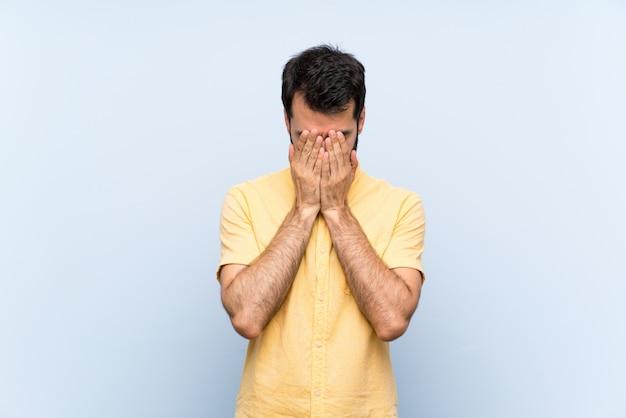 Homem jovem, com, barba, sobre, isolado, azul, com, cansado, e, expressão doente