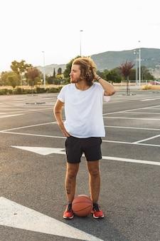 Homem jovem, com, basquetebol, ficar, em, corte
