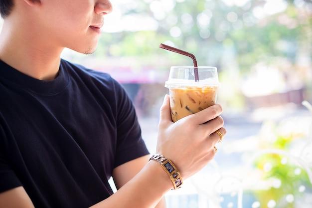 Homem jovem, com, café gelado