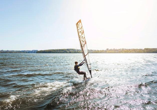 Homem jovem, com, kitesurf, tábua