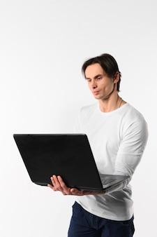 Homem jovem com laptop