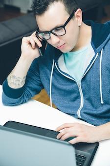 Homem jovem, com, laptop