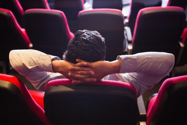 Homem jovem, com, mãos cabeça, observar um filme