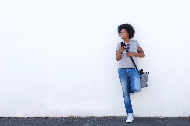 Homem jovem, com, saco, e, telefone pilha