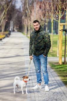 Homem jovem, com, seu, cão, russell jaque terrier,