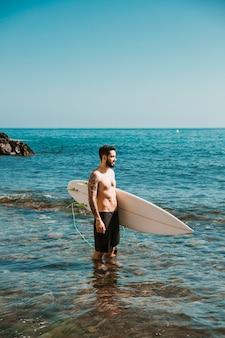 Homem jovem, com, tábua surf, em, água