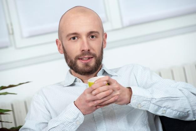 Homem jovem, com, um, barba, bebendo, xícara café