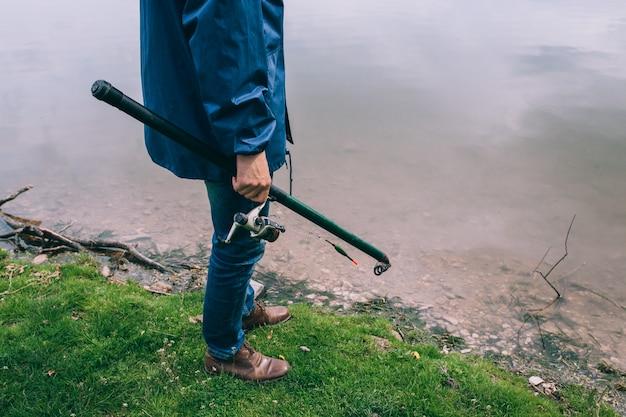 Homem jovem, com, um, cana de pesca, ficar, ligado, a, lago