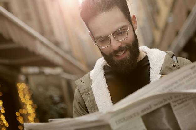 Homem jovem, com, um, jornal