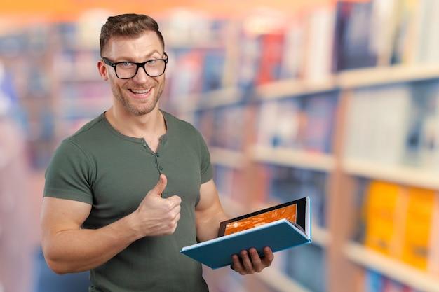 Homem jovem, com, um, livro